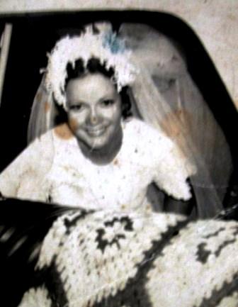 Minha mãe de noiva, véu e grinalda, como manda o figurino! Pena que a foto manchou...