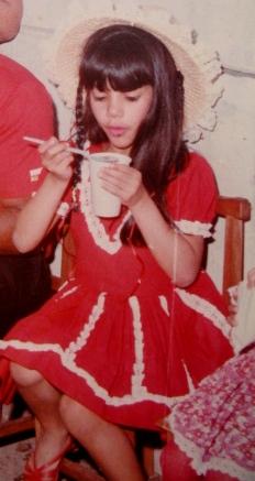 Comendo canjica, com 7 anos! Ainda me lembro do gosto...