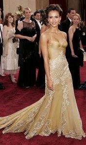 Jessica Alba em uma cerimônia do Oscar - vestido rendado em tons de ouro... lindo!