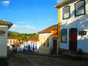 As cores vibrantes de Tiradentes nos meses quentes.